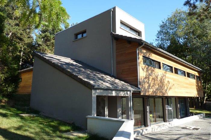 Contraste bois-maçonnerie d'une maison moderne