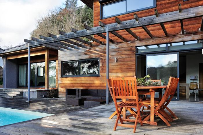 Terrasse en bois d'une maison avec parement de cèdre rouge