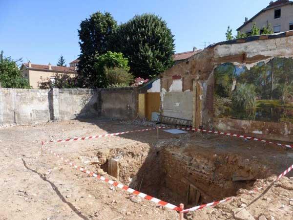 La cave dégagée avant le creusement des fouilles pour les fondations