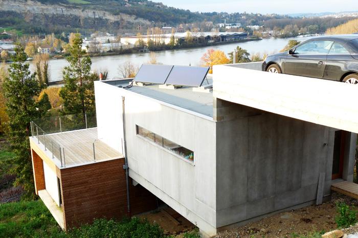 Maison avec garage et accès au niveau supérieur