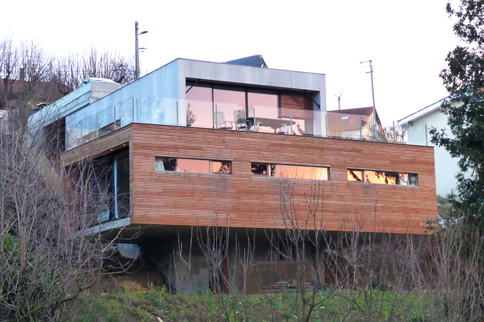 Maison en deux blocs, béton et bois