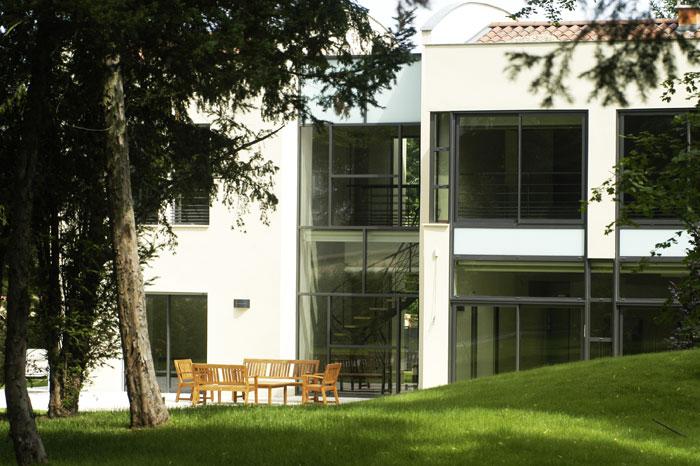 Maison contemporaine dans un parc
