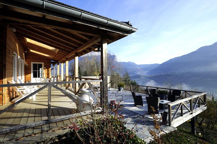 Terrasses en bois donnant sur un panorama de montagne