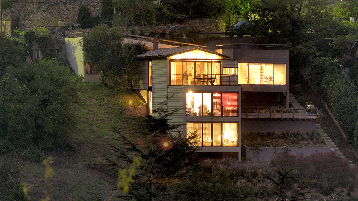 Maison contemporaine sur un terrain en pente