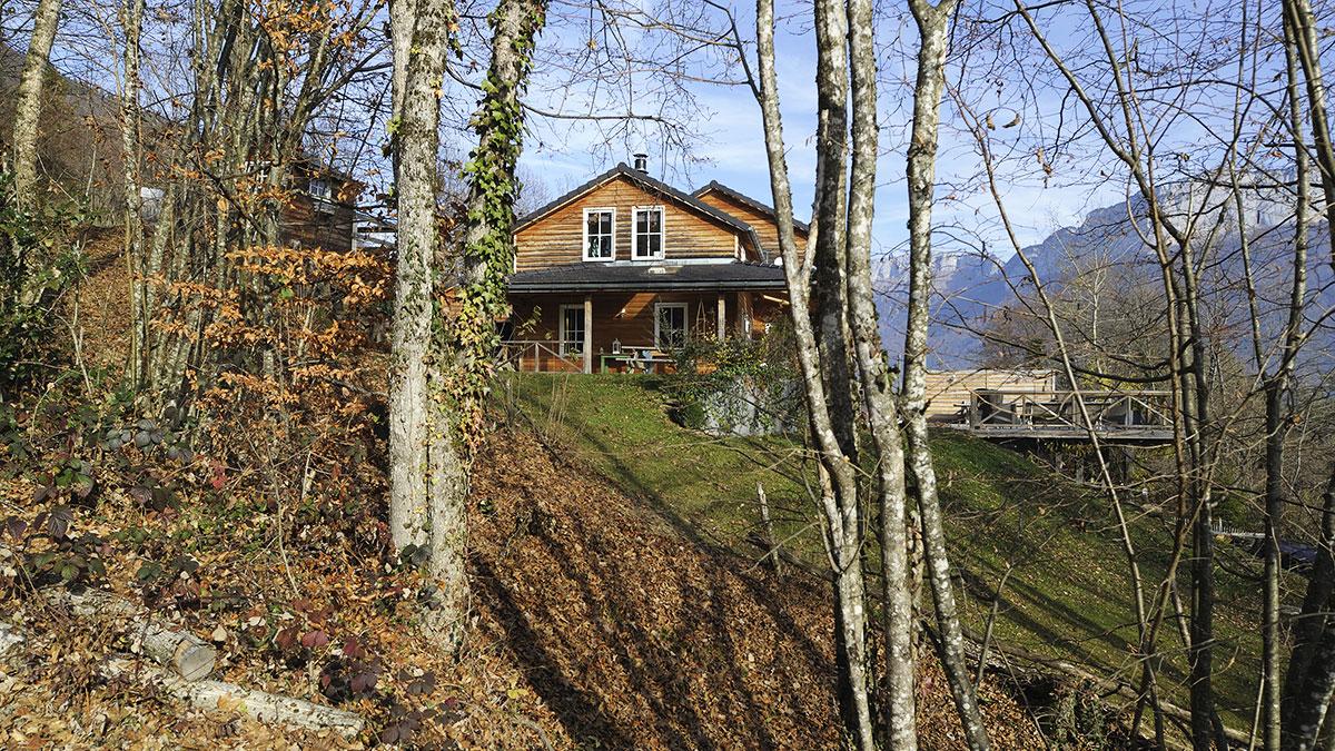 Maison sur terrain pentu à la montagne