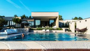 Maison contemporaine avec piscine à débordement