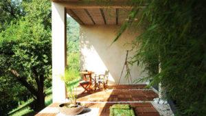 Maison écologique avec terrasse et bambous