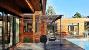 Maison avec terrasse, auvent et façade en bois